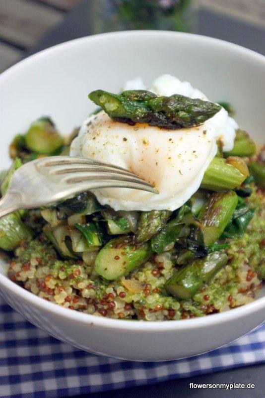 quinoa mit gebratenem Spargel, Mangold & pochiertem Ei2