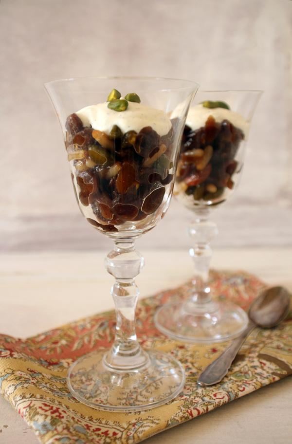 Trockenfrüchtekompott mit Vanille Crème Fraiche, flowers on my plate
