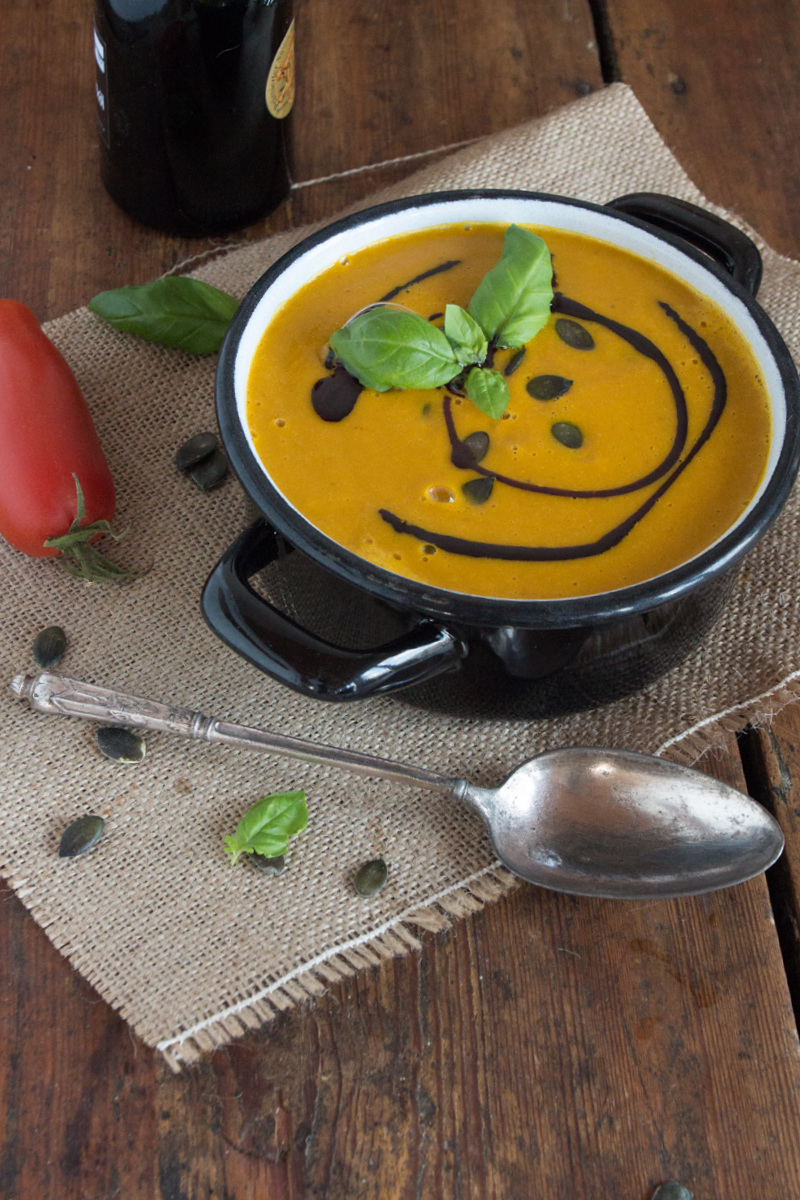 Roasted Tomato, Squash & Coconut Soup / Geröstete Kürbis- und Tomatencremesuppe {flowers on my plate}