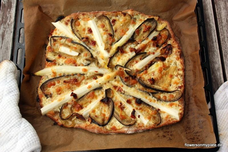 Weiße Pizza mit Spargel und Aubergine