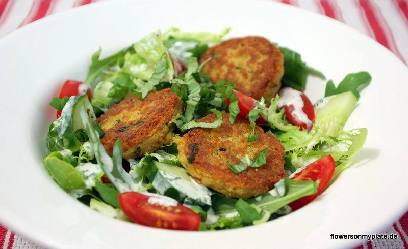 rote linsenbällchen auf salat
