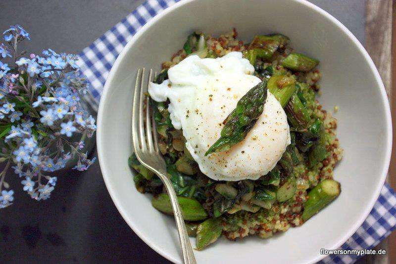Quinoa, gebratener Spargel, pochiertes Ei in Basilikumdressing